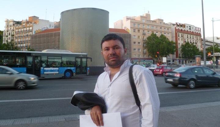 Şalaw li pêş perçeya jorîn ji monumenta qurbanên teqîna Atochayê li Madrîdê