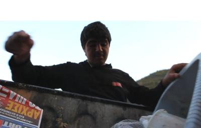 Kurekî Behzad di nav konteynera gemarê de li xwarinê digere / Wêneyek Ji dokumentalê