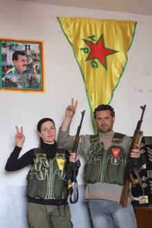 Du şervanên YPGê ku di heman demê de hejînê hev in