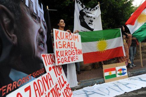 Xwepêşanderên Kurd li pêş balyozxaneya Tirkiyê li Îsraîlê
