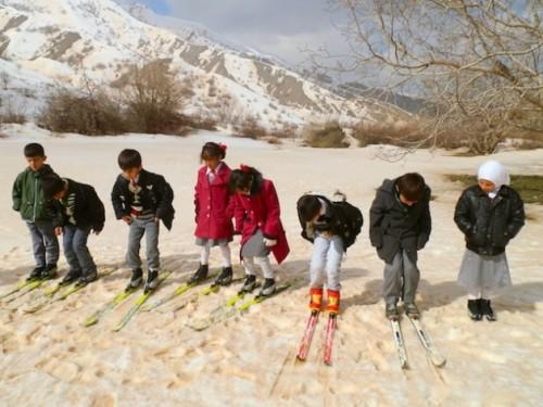 Zarokñn kurd fêrî şimitandina ser berfê dibin / Foto: Karlos Zurutuza