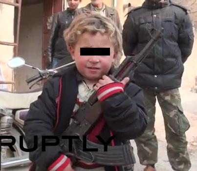 Zarokek ji Kobanê di nav şervanên YPGê de /RusyaToday