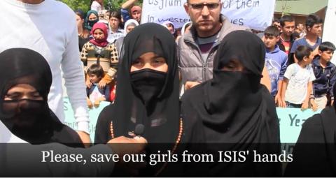 """Wêneyek ji dokumentarê: """"Divê keç û jinên me ji dest DAÎŞê xelas bikin""""."""